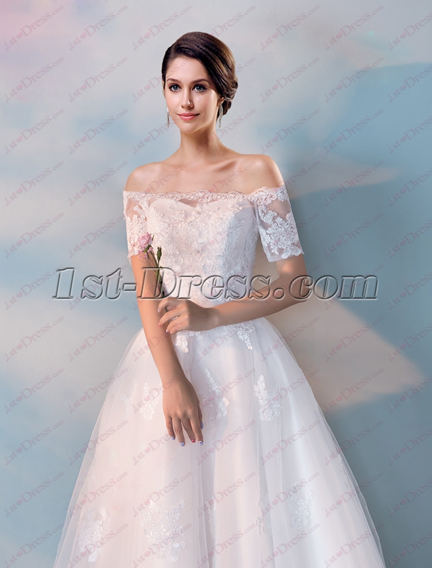 a22492a08ac3 In the large floor-to-ceiling windows, there are always a few crowded  hangers, hanging or red or white wedding dresses. The style is very  beautiful, ...